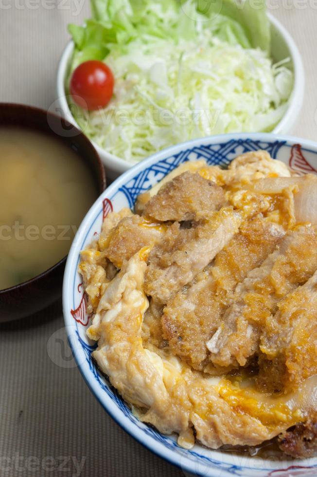 cozinha japonesa katsudon foto