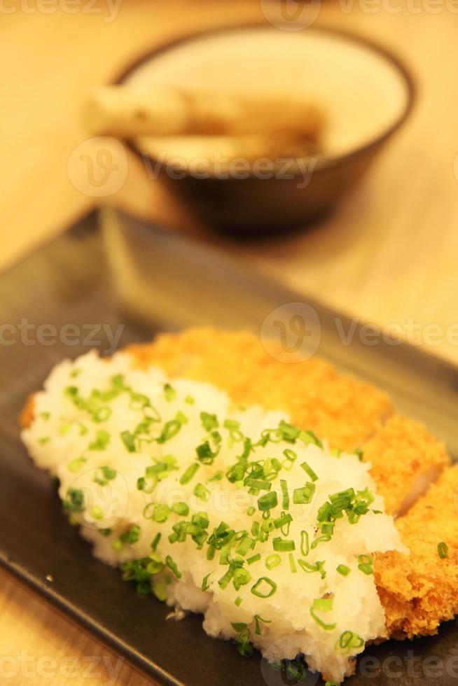 comida japonesa tonkatsu com arroz foto