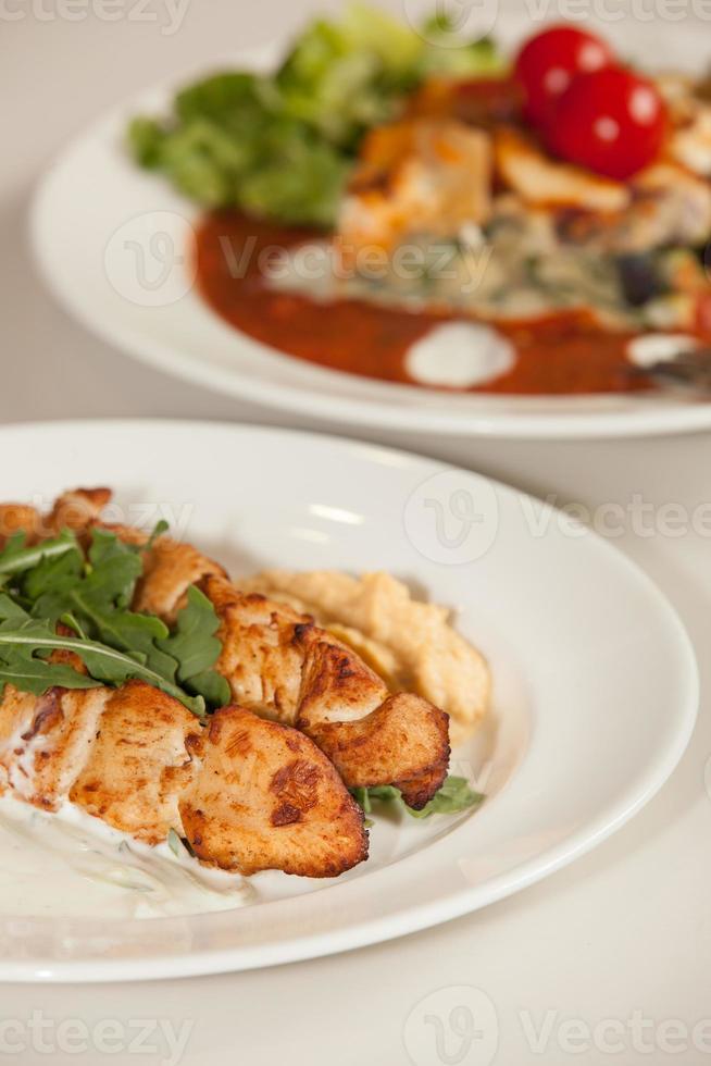refeição de espetos de frango grelhado foto