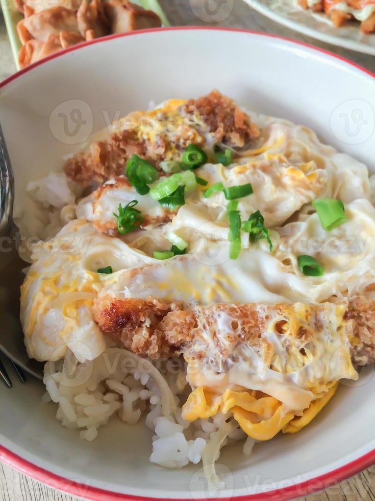 katsudon - costeleta de peixe frito à milanesa japonesa (tonkatsu) foto