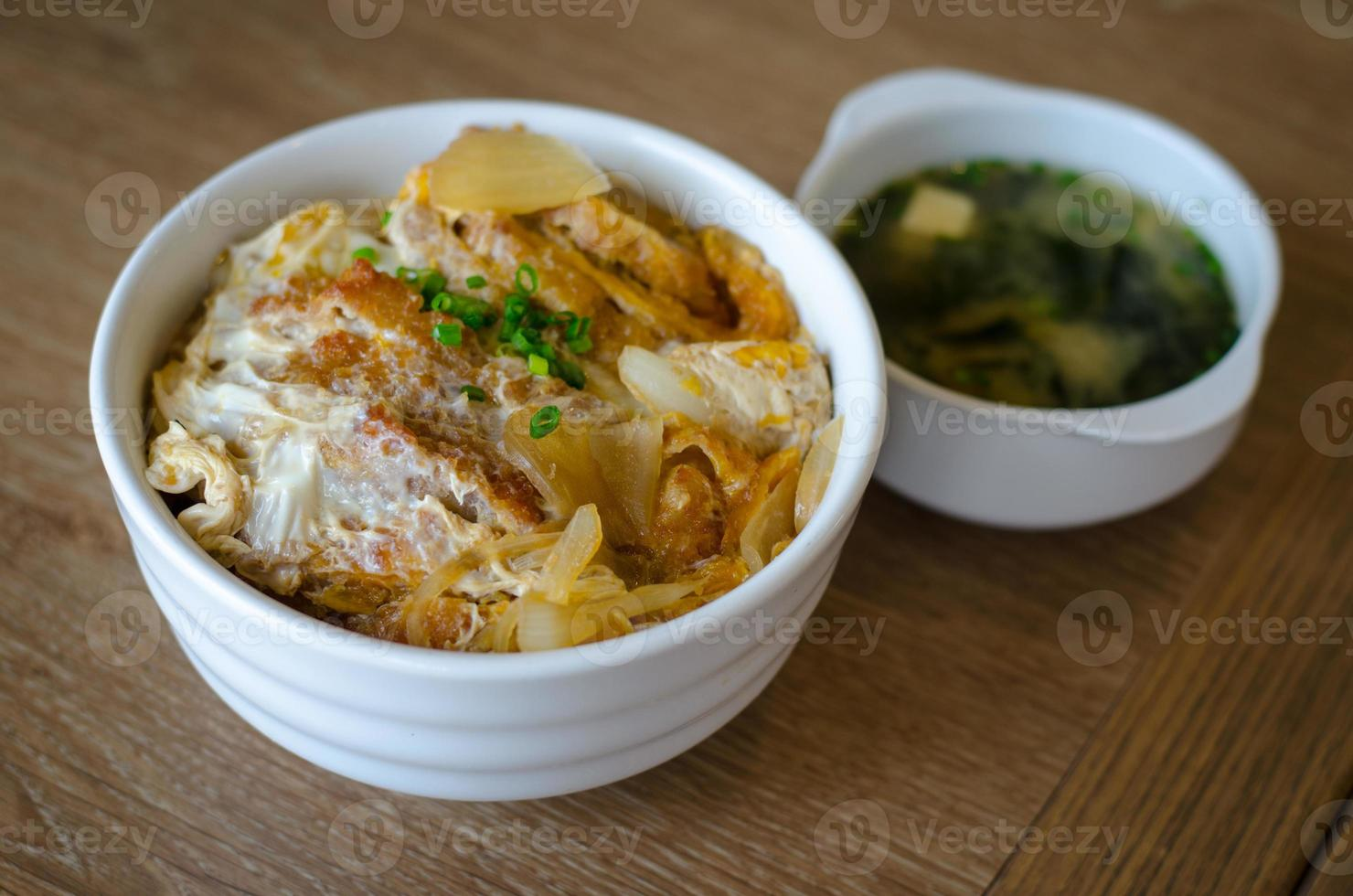 katsudon - costeleta de porco frita à milanesa japonesa foto