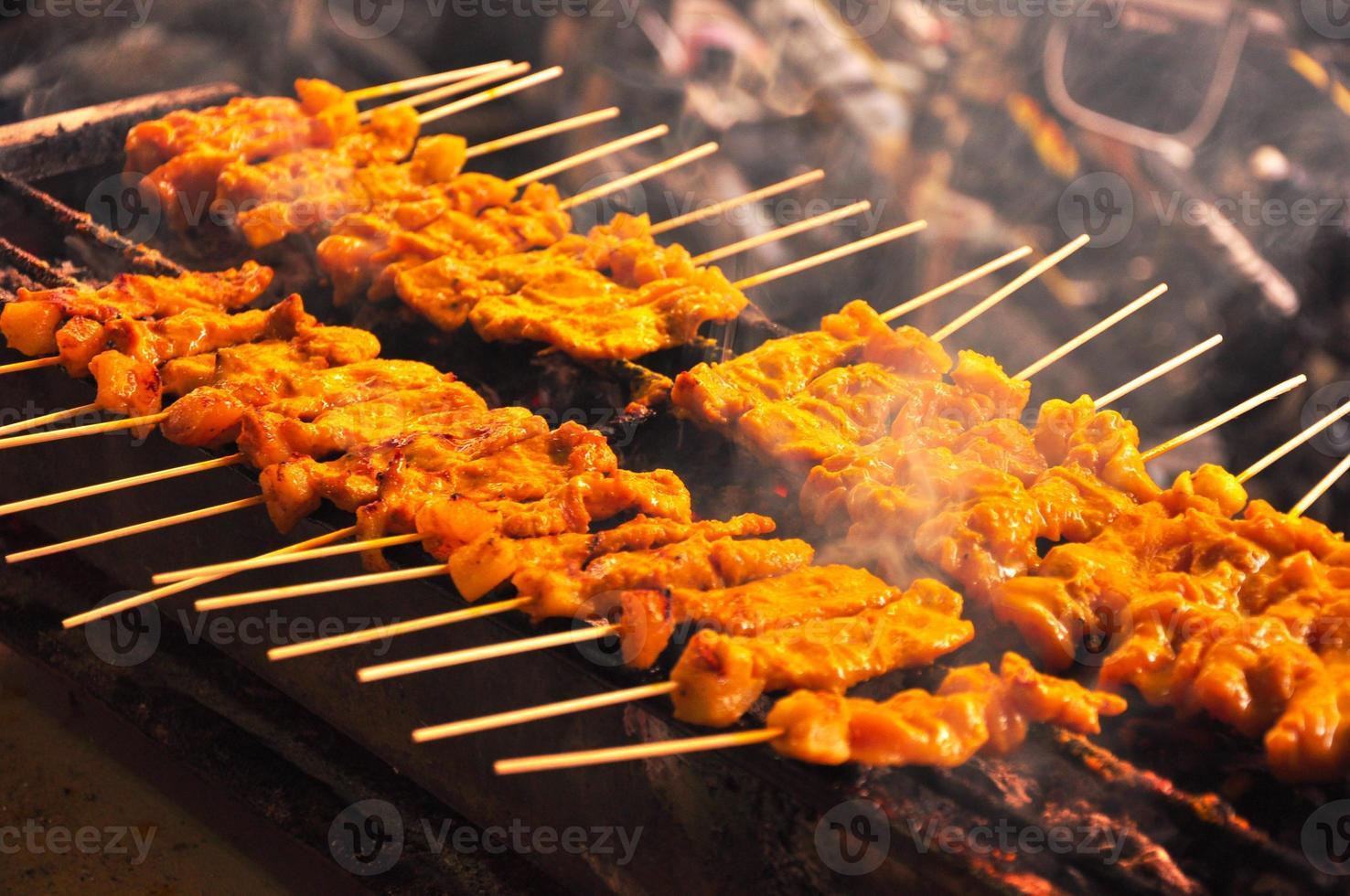 espetadas de carne de porco grelhada, moo satay, cozinha tailandesa foto