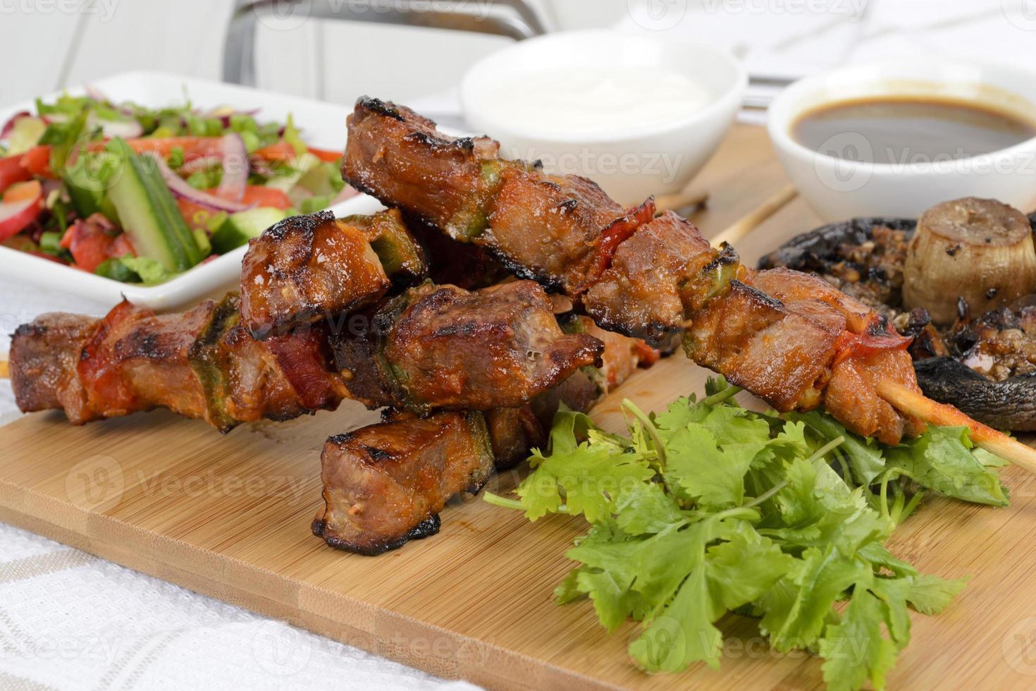 espetadas de carne de porco vitrificada para churrasco foto