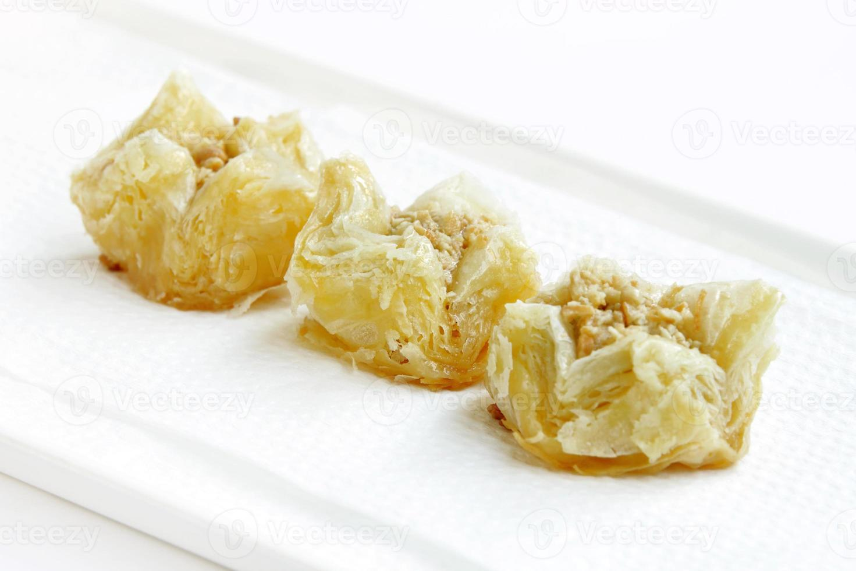 foco de baklava delicioso escamoso crocante no meio foto