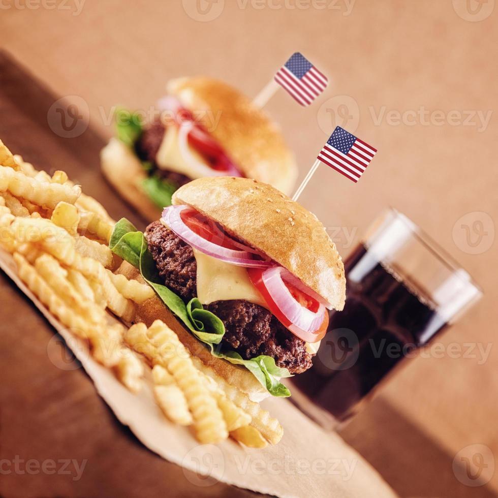hambúrguer de queijo americano com batatas fritas e cola foto