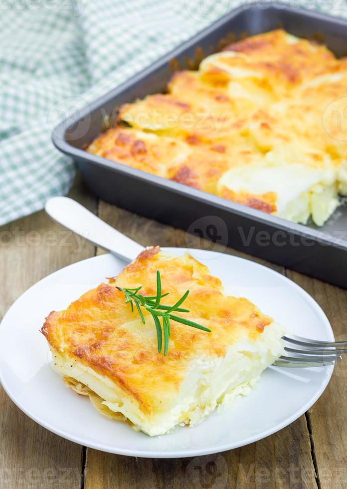 gratinado de batata em um prato branco foto