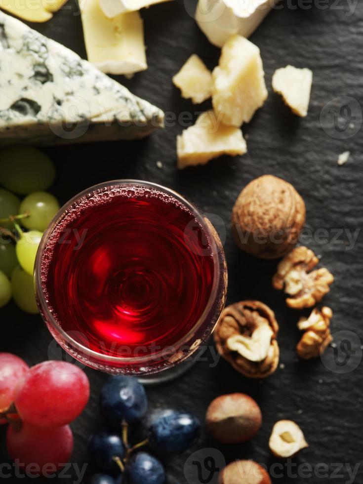 diferentes tipos de queijos com copo de vinho. foto