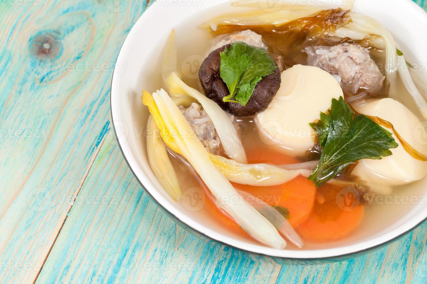 sopa levemente temperada que consiste em carne de porco, tofu, foto