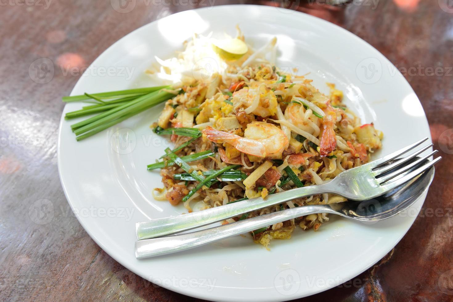 pad thai, macarrão de arroz frito, é um dos pratos nacionais da foto