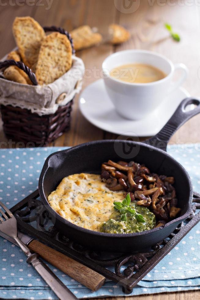 omelete vegano de tofu com cogumelos e pesto foto