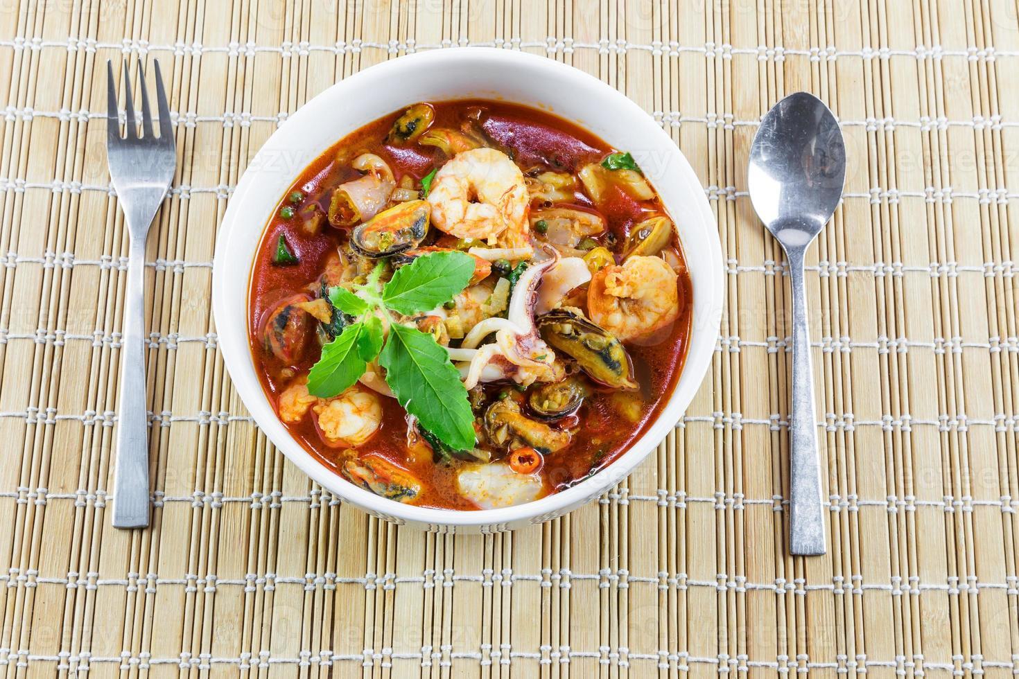 frutos do mar fritos com folhas de manjericão e pimenta foto