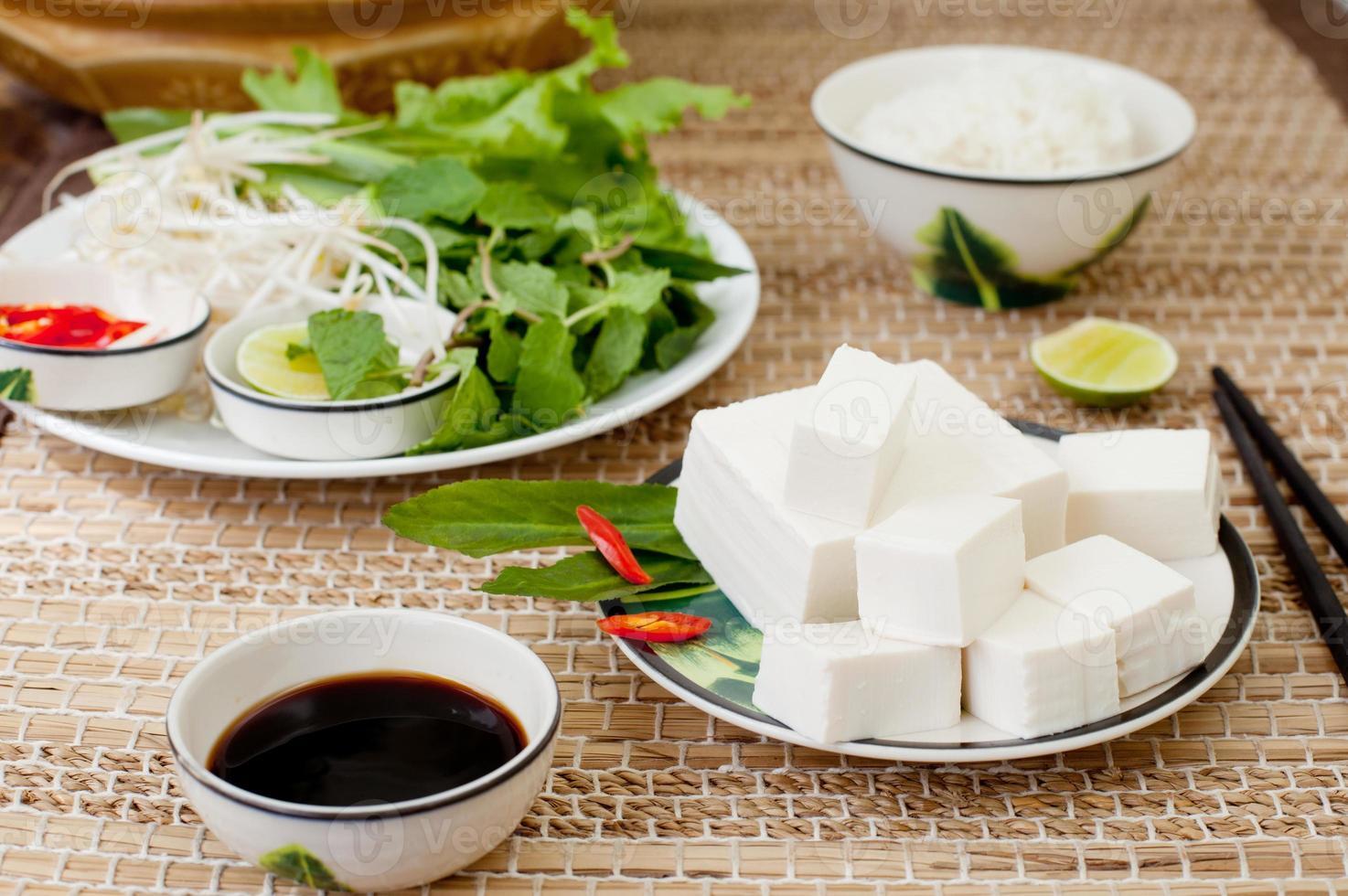 tofu fresco com arroz, salada e molho de soja. foto