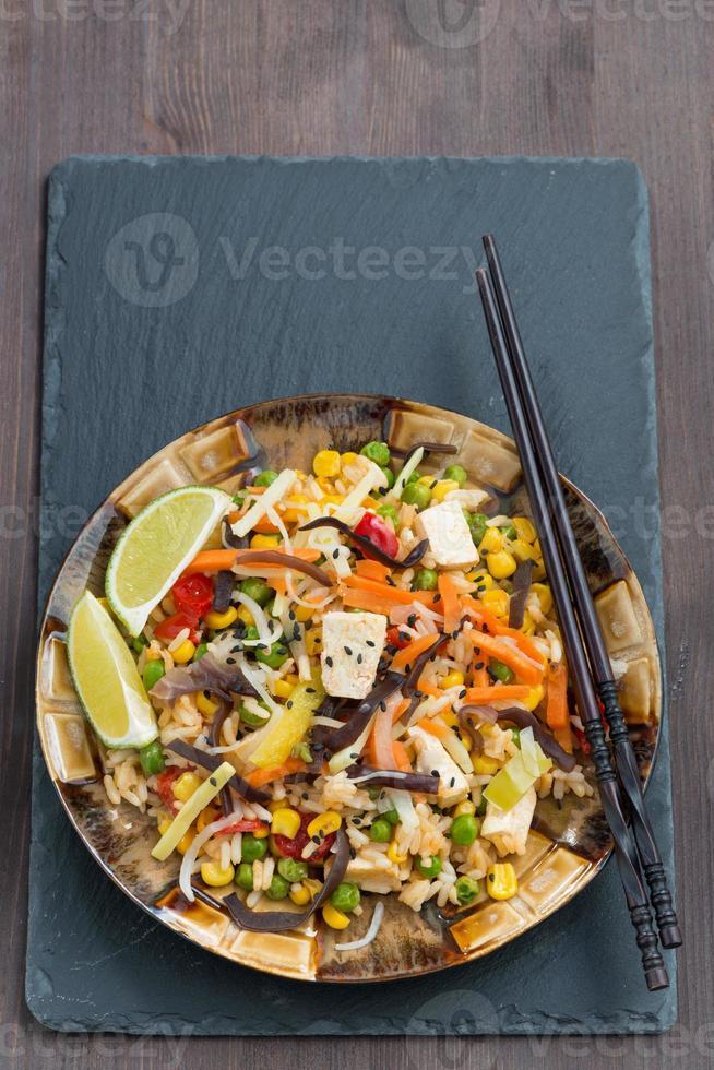 arroz frito com tofu, legumes, vertical, vista superior foto
