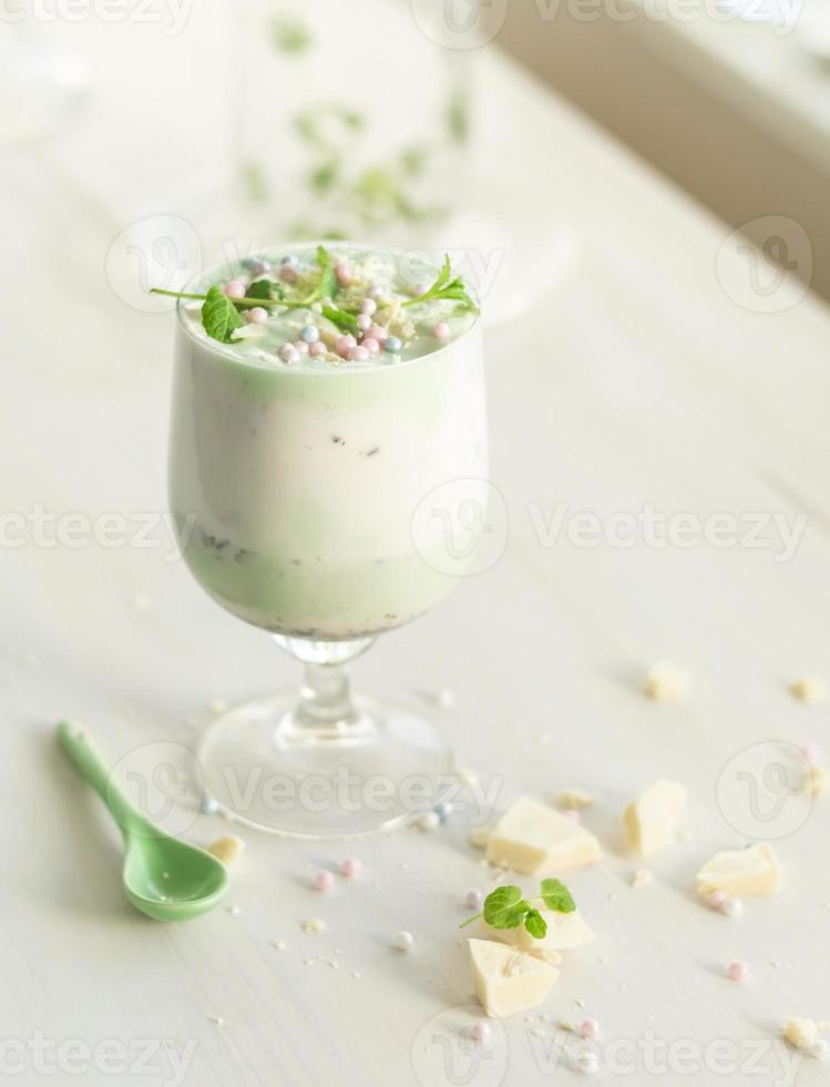 batido caseiro de chocolate branco, abacate / pistache foto