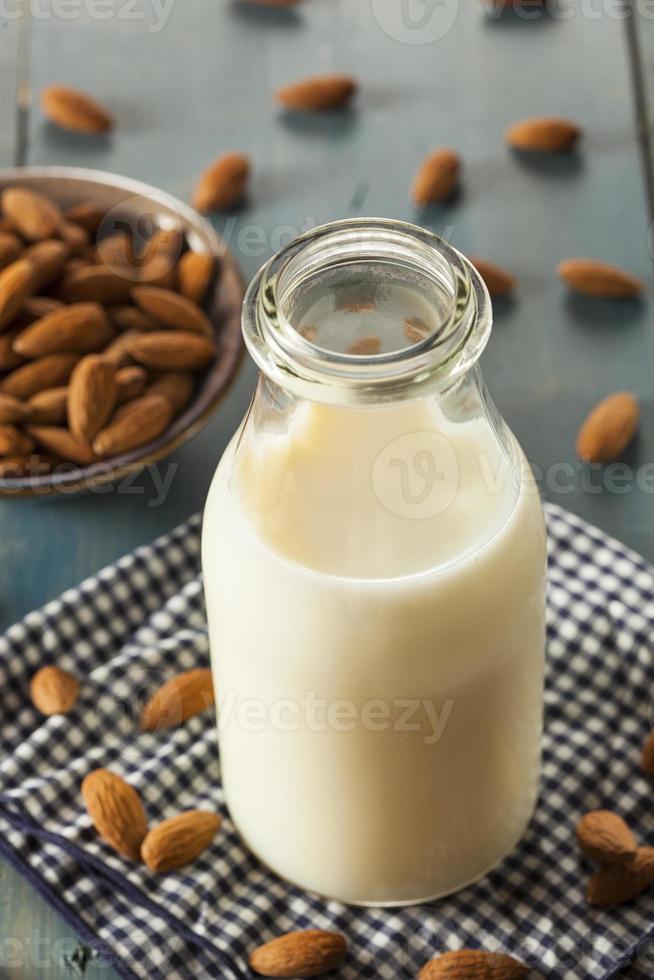 leite orgânico de amêndoa branca foto