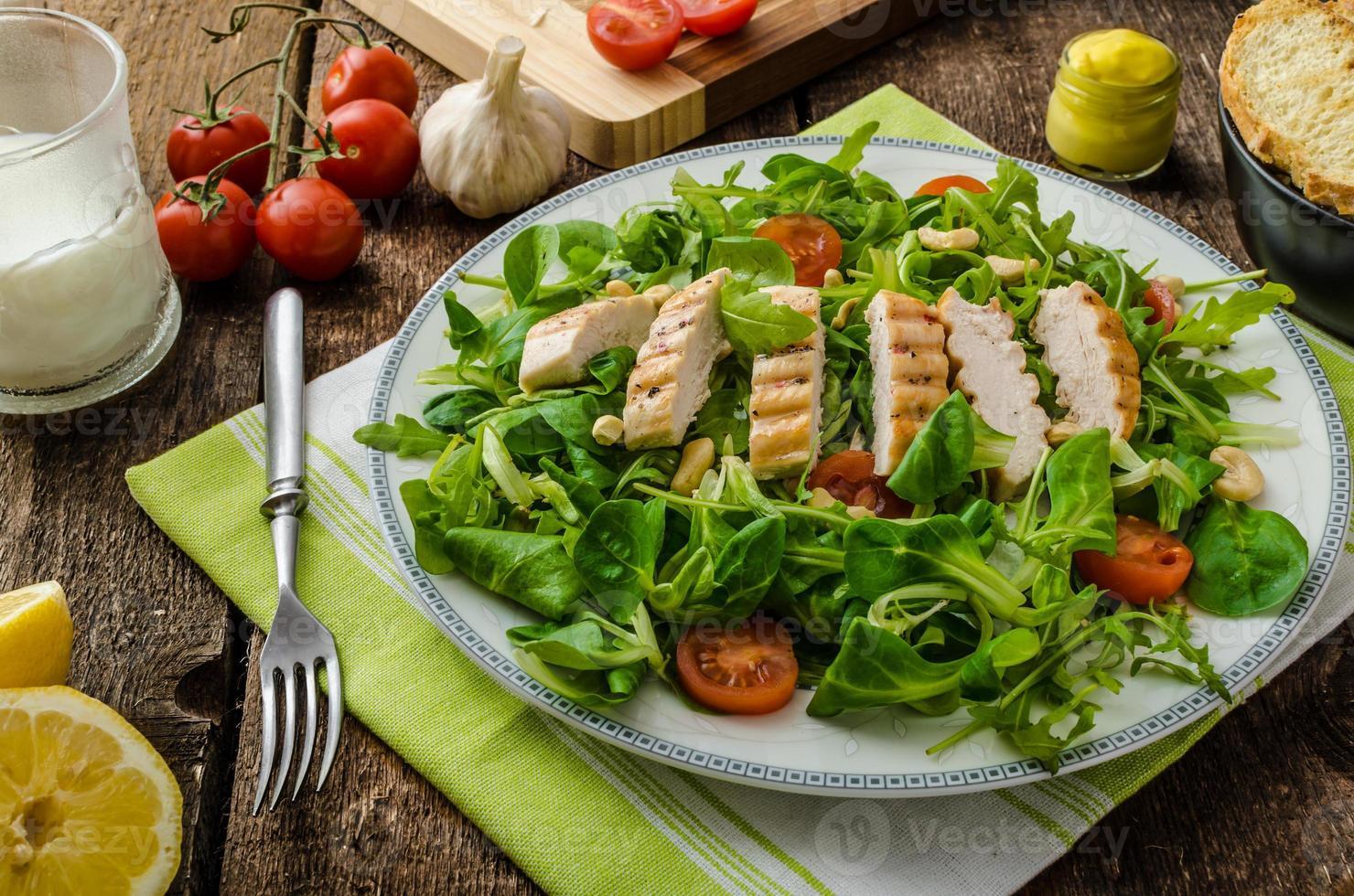rúcula e alface de cordeiro com frango grelhado foto