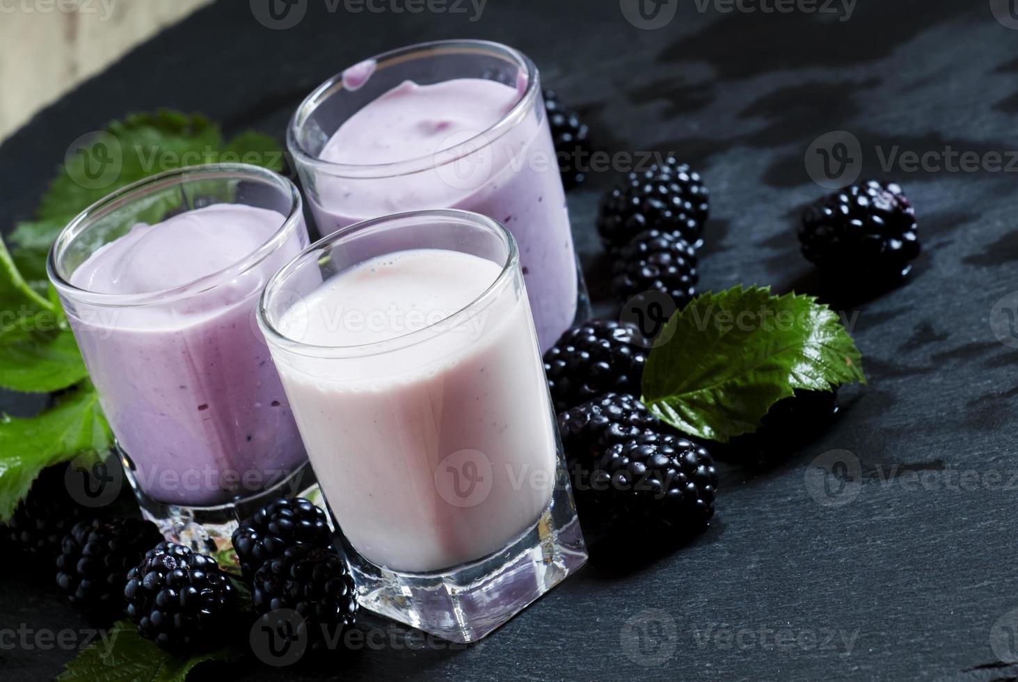 iogurte caseiro e coquetel de leite com amoras silvestres foto