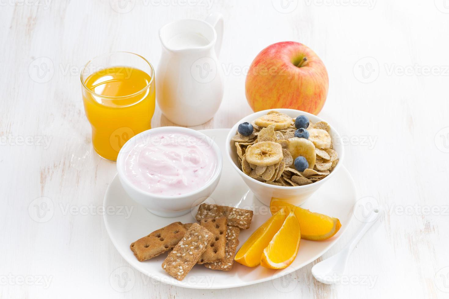 café da manhã saudável - cereais, frutas, iogurte e suco foto