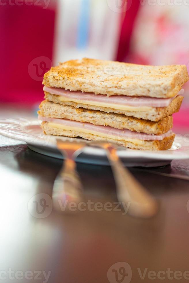 sanduíche torrado com presunto e queijo foto