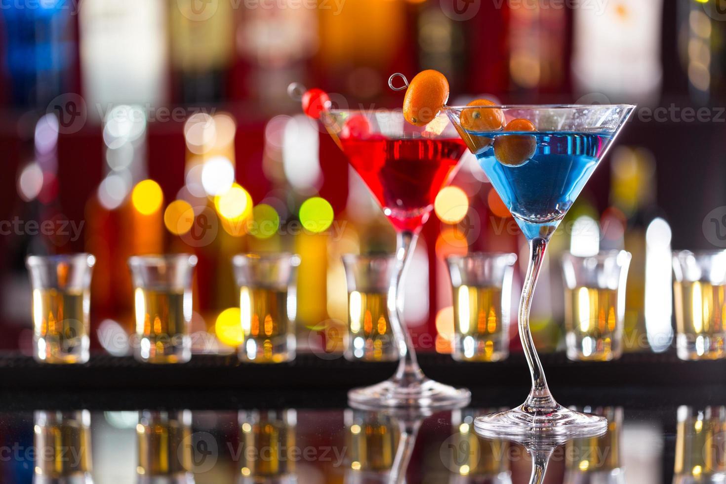 bebidas de martini servidas no balcão do bar foto