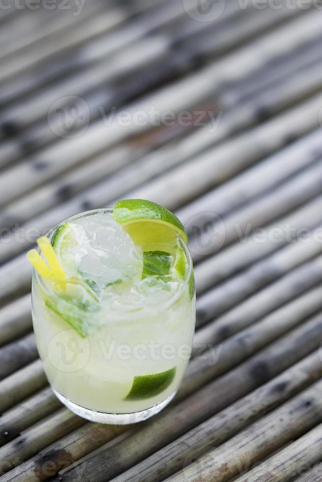 rum caipirinha e bebida brasileira de limão foto