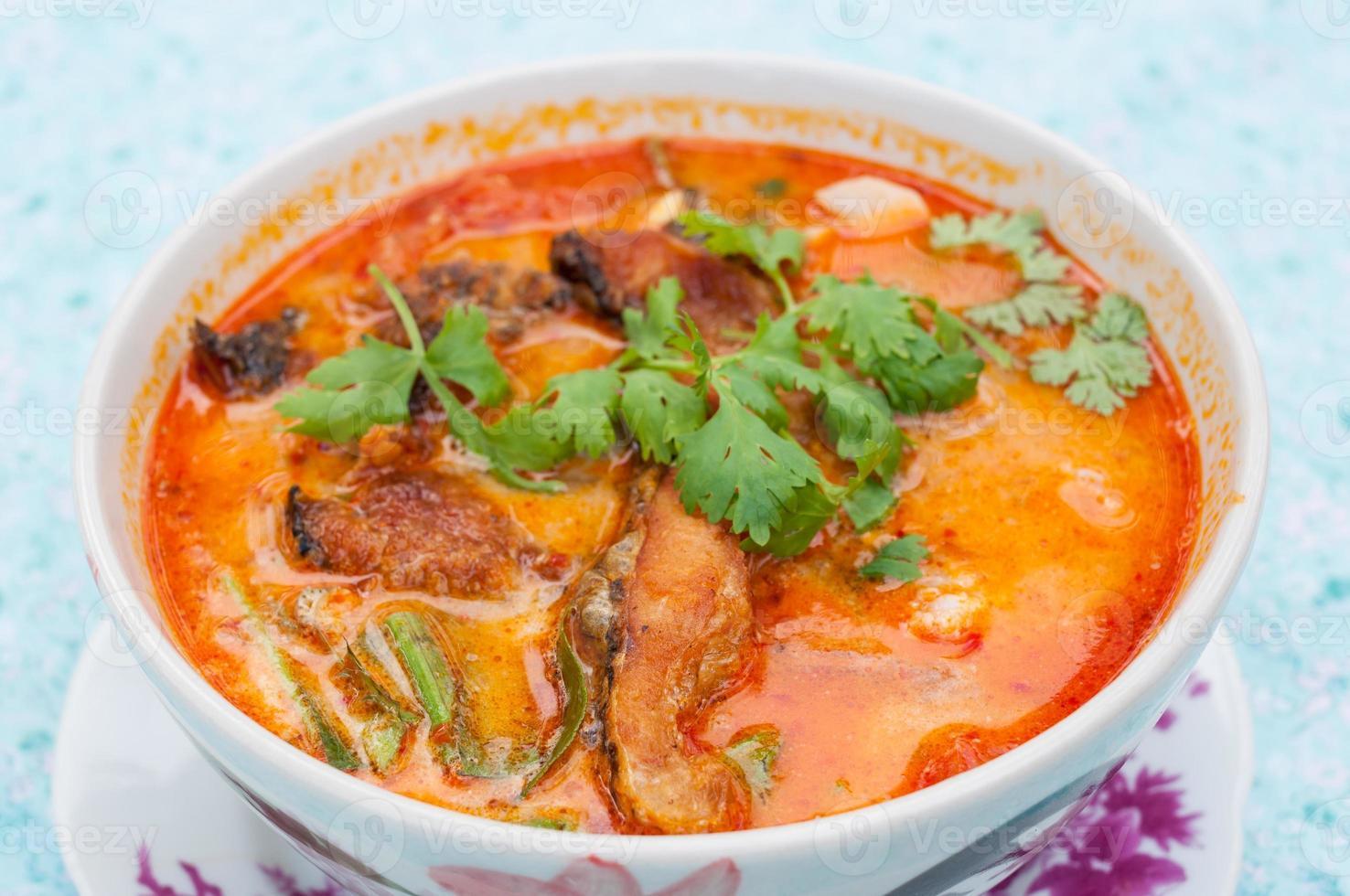sopa quente e azeda e camarão foto