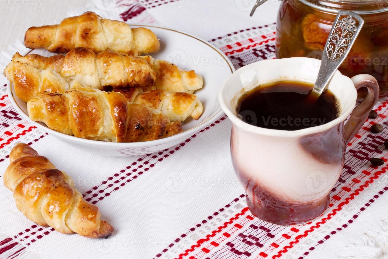 café da manhã francês - café e croissants foto