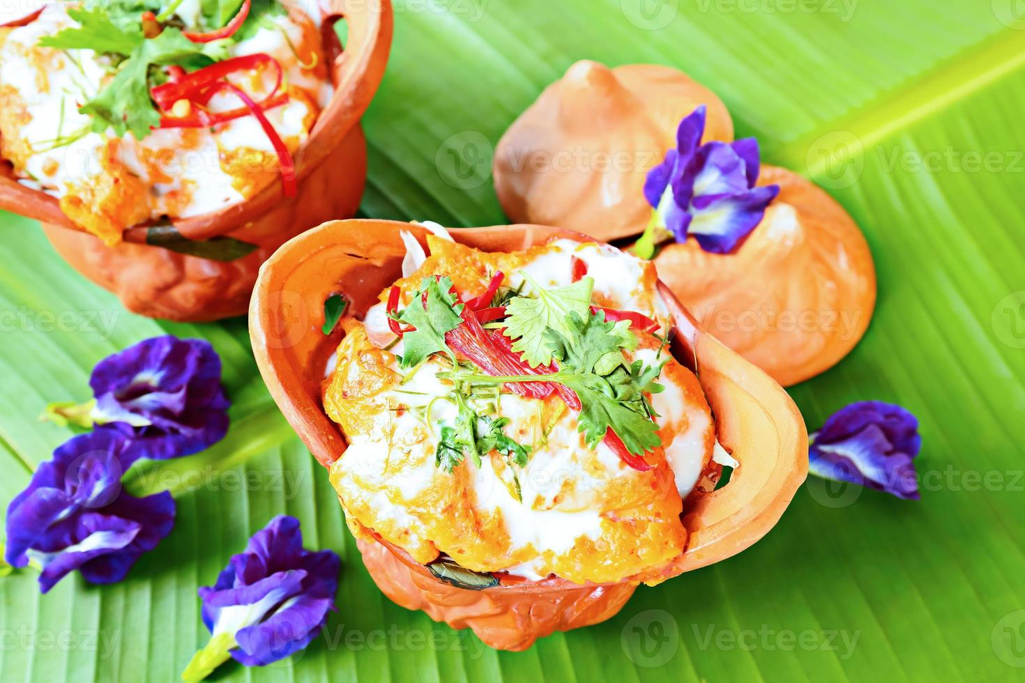 deliciosa comida tailandesa, peixe cozido no vapor com pasta de curry. foto