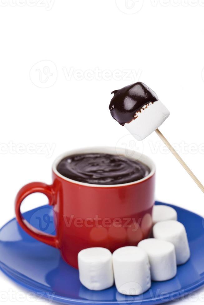 xícara de chocolate com malvas brancas foto