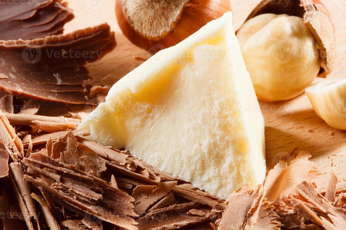 cachos e pedaços de chocolate. macro foto