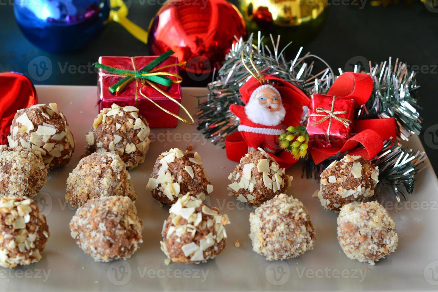 trufas de chocolate caseiras com nozes sobremesa de Natal foto
