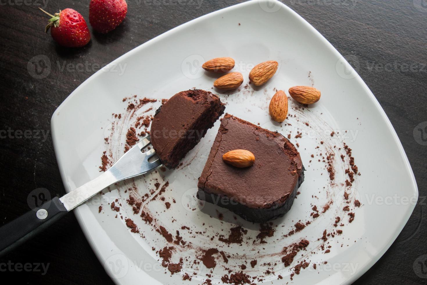 bolo de sobremesa de chocolate num prato branco. foto