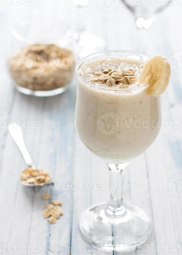 smoothies de banana saudável com aveia foto