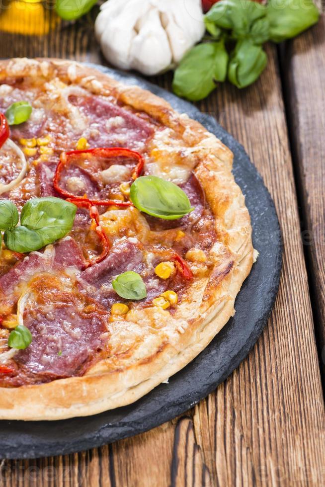 pizza de salame caseira foto