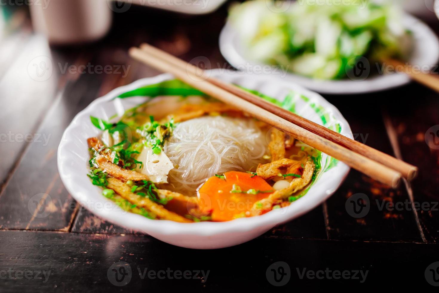 sopa de macarrão vegetariano foto