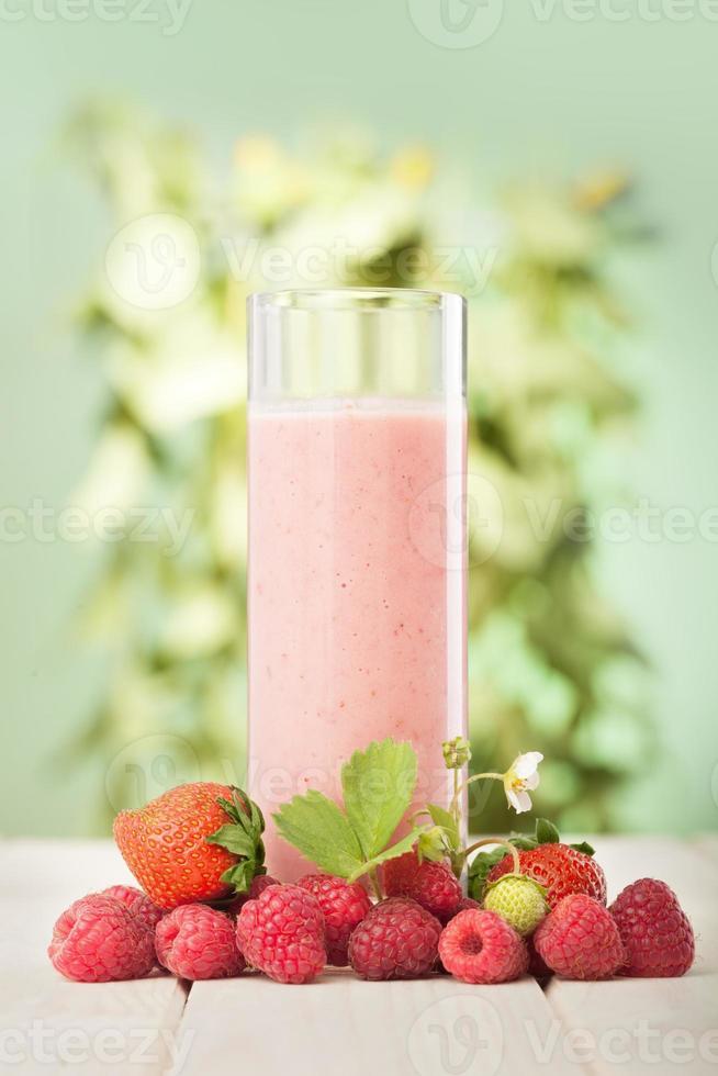 smoothie de frutas em cima da mesa no jardim foto