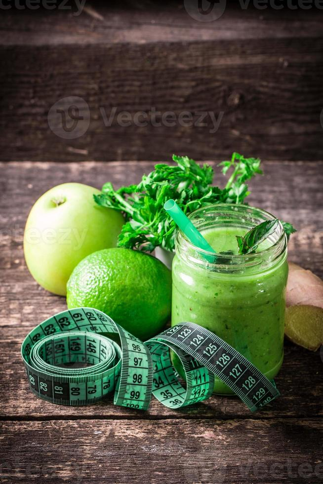 smoothie de desintoxicação verde na mesa de madeira foto