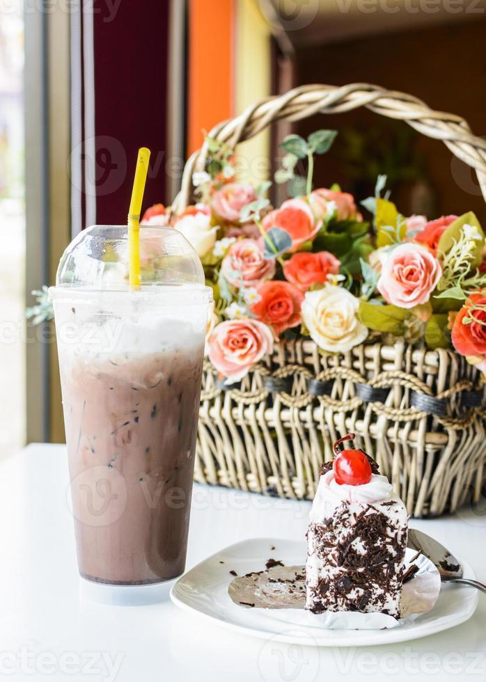 gelo de chocolate com bolo de chocolate na mesa foto