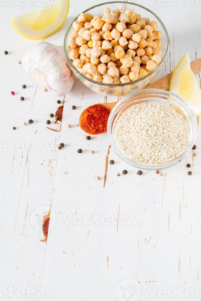 hummus ingredientes - grão de bico, limão, alho, gergelim, óleo foto