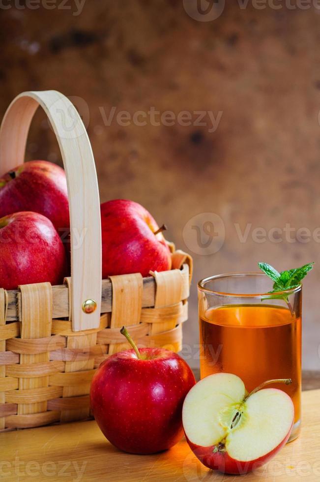 suco de maçã fresco e maçãs foto