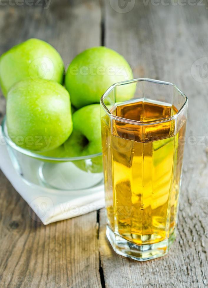 suco de maçã com maçãs frescas foto