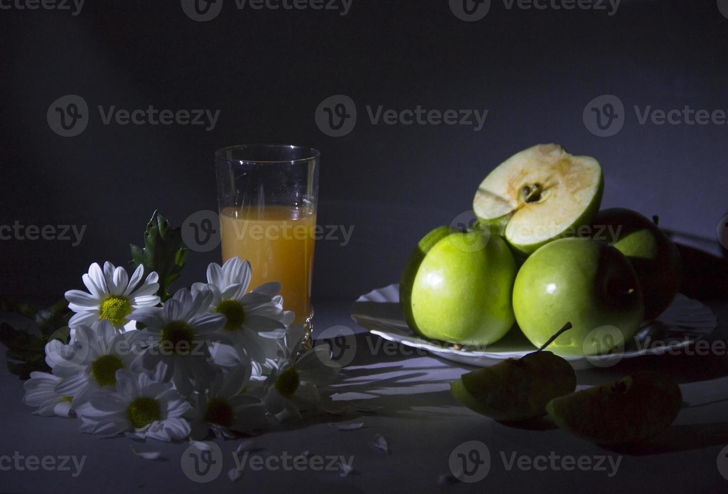 natureza morta com margaridas e maçãs. foto