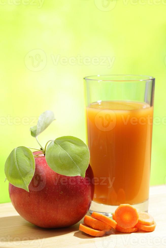 suco de maçã e cenoura foto