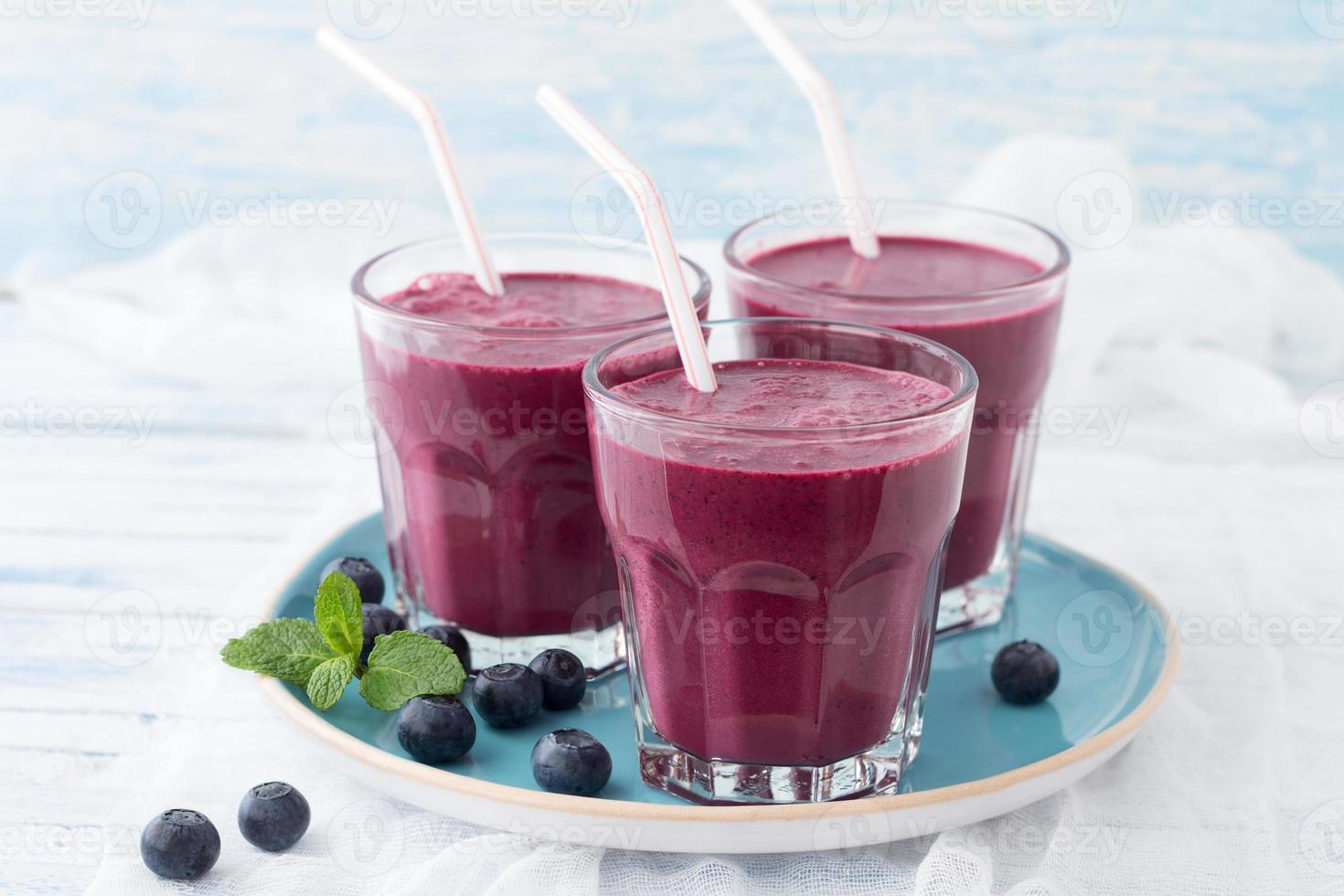 smoothie de amora em um copo foto