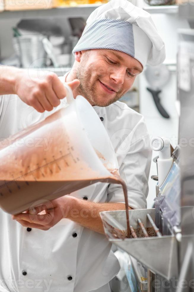confeiteiro fazendo sorvete foto