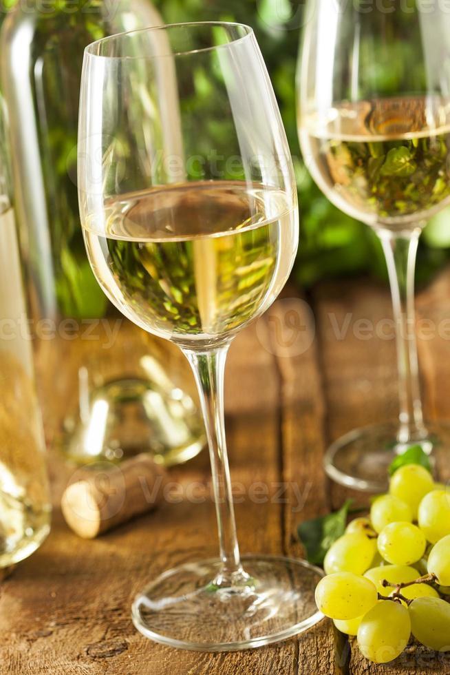 refrescante vinho branco em um copo foto