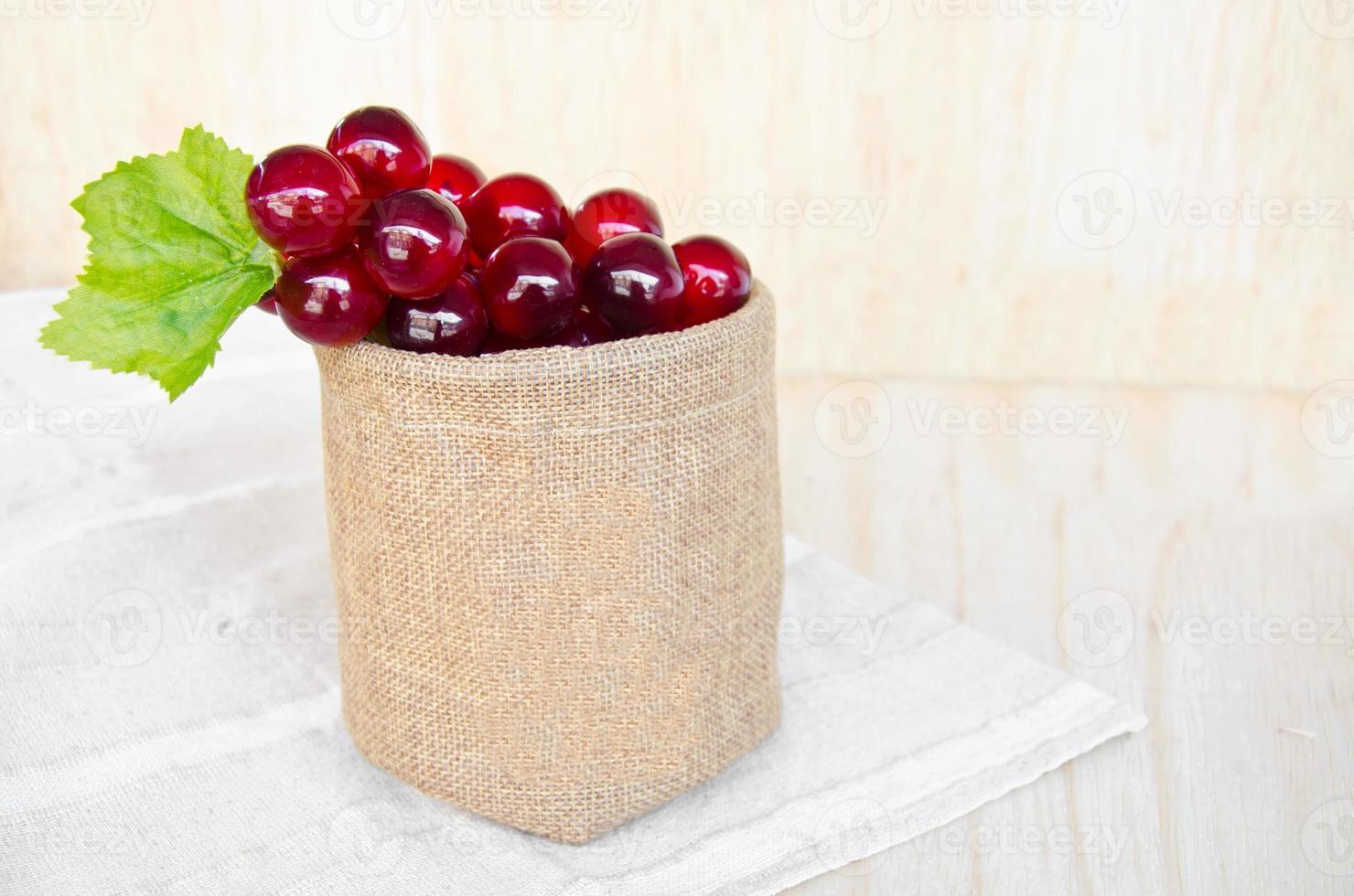 uvas em saco de saco foto