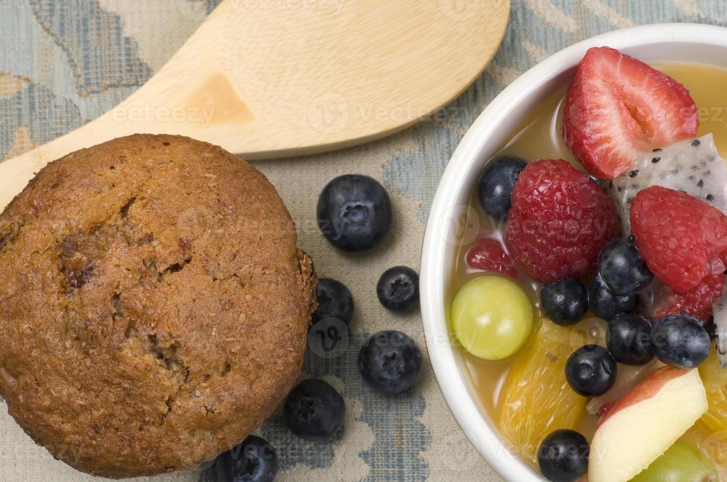 salada de frutas com muffin de farelo e colher de pau foto