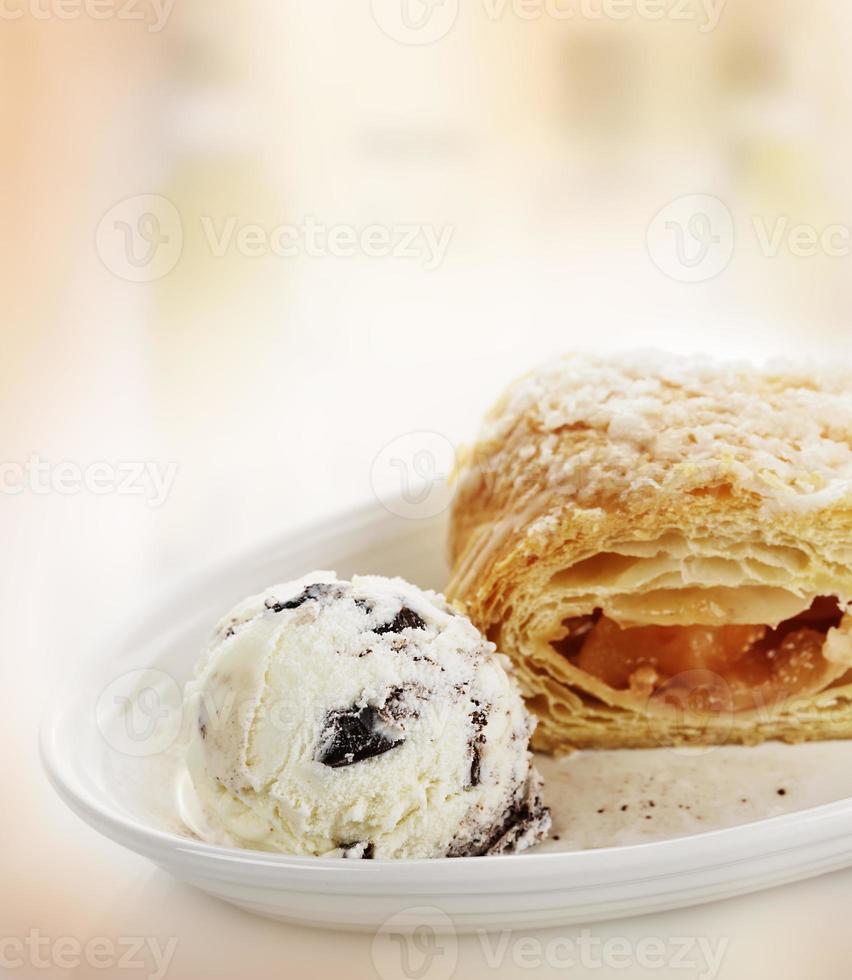 torta de maçã com sorvete foto