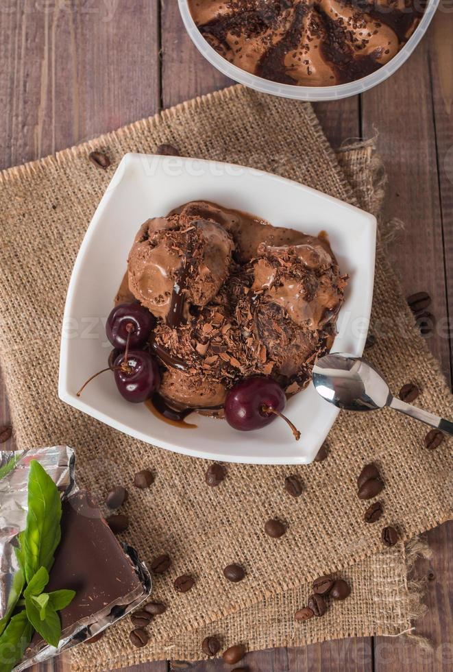 sorvete de chocolate com chocolate amargo foto